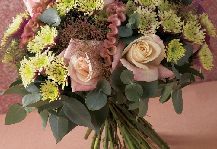 Bukett i gyldent, med roser, celosia og krysantemum
