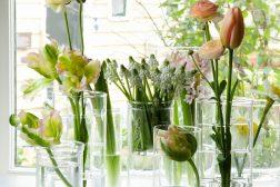 Borddekning og dekorasjon med blomster og glass