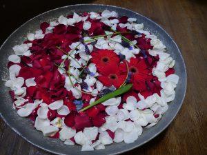 Blomsterskål i rødt, hvitt og blått