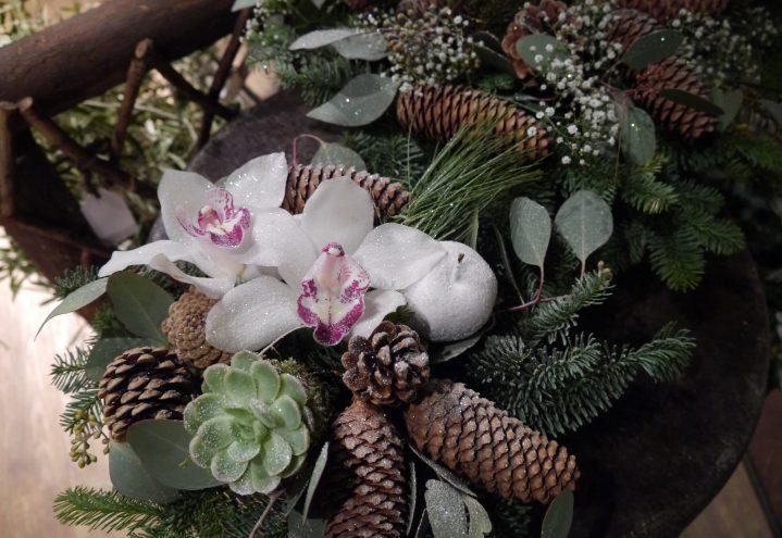 Juledekorasjon med orkide, pyntegrønt og glitter
