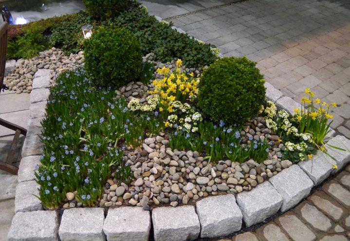 Blomsterbed med kantstein
