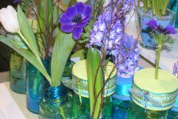 Blå symfoni med svibel, anemone, perleblomst og kvister
