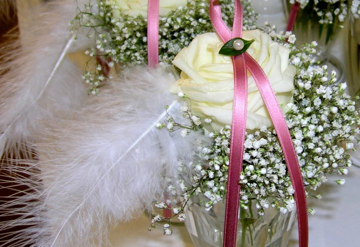 Kuvertdekorasjon med roser og slør