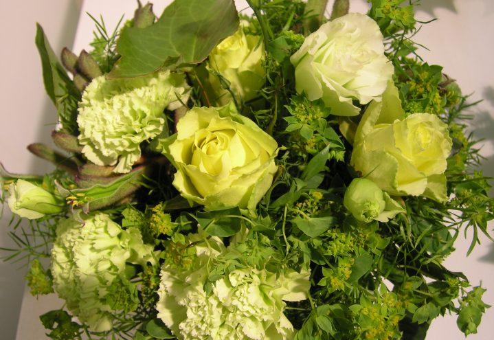 Sommersyrlig bukett med roser og nellik