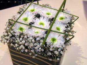 Blomsteroppsats med krysantemum og Gypsohila