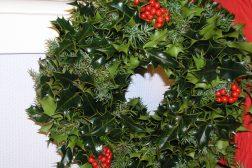 Julekrans av einer, kristtorn og røde bær