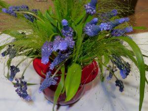 Perleblomster i rød vase, klar for 17. mai!
