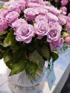 Nydelige, gammelrosa roser i vase