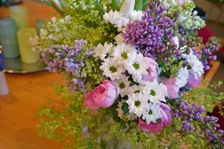 Vårbukett med syrin, krysantemum, Alchemilla, og ranunkler
