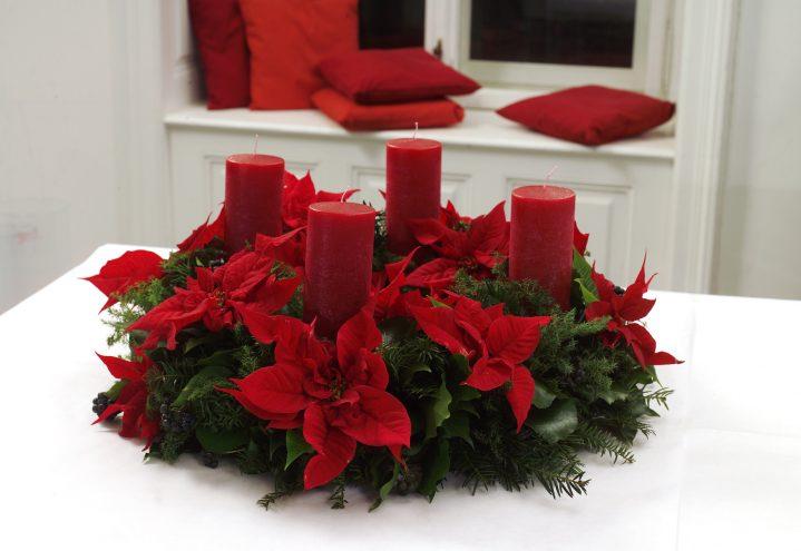 Adventskrans med røde julestjerner