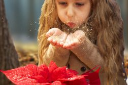 Jente blåser magisk glitter over julestjernene