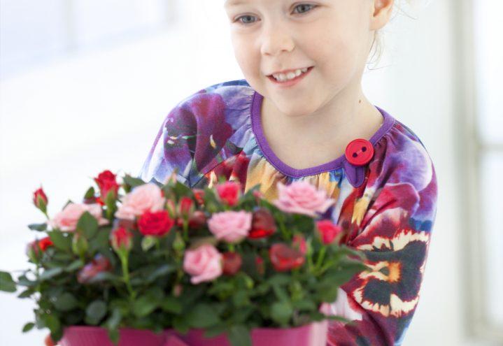 Jente gir roser