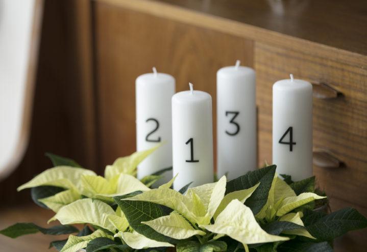 Vi teller ned til jul med adventskrans med lys og stjerner