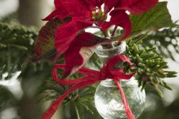 Små vaser på juletreet lar deg pynte med levende blomster