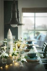 Dekk bordet med hvite julestjerner