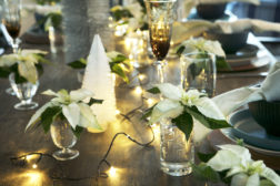 Dekk bordet med lys og stjerner