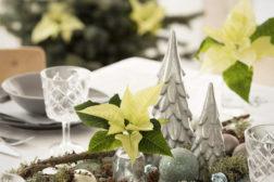 Dekk bordet med fat som samler dekorasjonene