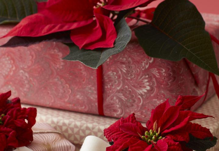 Dekorer julegavene med blomster