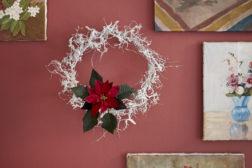 Krans med julestjerne på veggen
