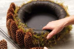 Slik lager du adventskrans med julestjerner og naturmaterialer: Trinn 2