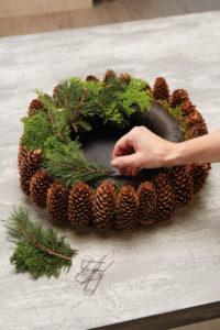 Slik lager du adventskrans med julestjerner og naturmaterialer: Trinn 3