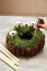 Slik lager du adventskrans med julestjerner og naturmaterialer: Trinn 4