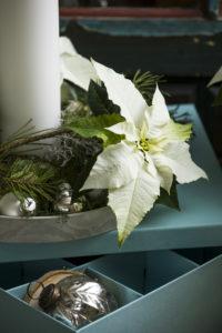 En enkel dekorasjon i lysskålen; bruk barkvister og julestjerner