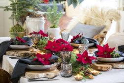 Avslappet julekos med vakkert blomsterdekket bord