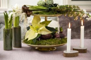 Dekorert etasjefat med løkblomster, sukkulenter og selvsagt julestjerner