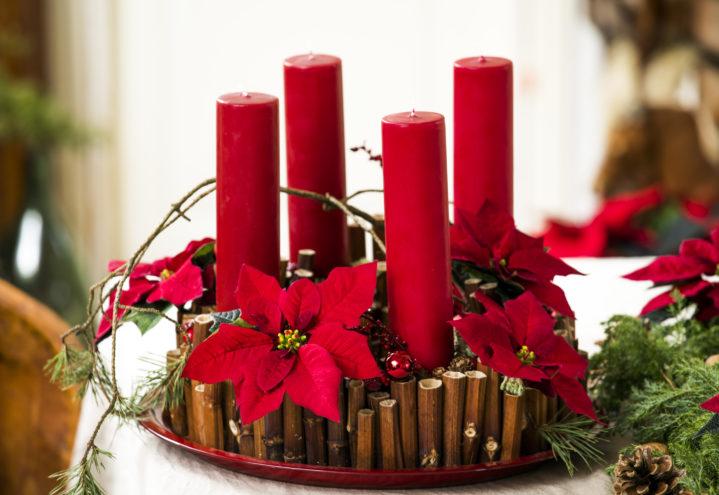 Adventsstake laget av tørre pinner i ulike lengder, lys og selvsagt julestjerner