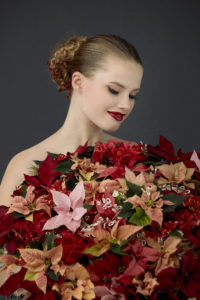 Vinterbryllup med fargerik brudebukett med julestjerner