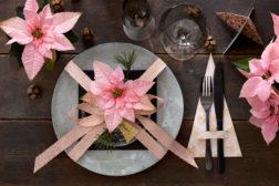 Klassisk vakkert med festdekket bord med rosa julestjerner